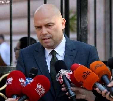 Ministri i Drejtësisë, Ylli Manjani, duke folur për gazetarët | Foto nga Gent Shkullaku