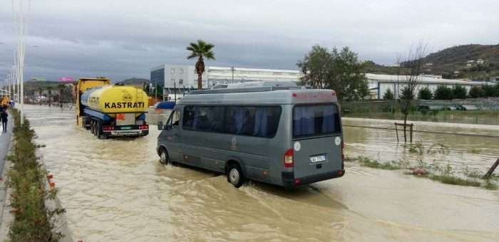 Përmbytje në autostradën Tiranë-Durrës | Foto nga : LSA