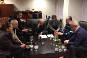 Kryeministri Isa Mustafa konsultohet me ministrat dhe stafin në 'ditën e trenit'. Foto: Facebook