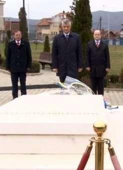 Thaçi para varrit të Rugovës | Foto: Facebook