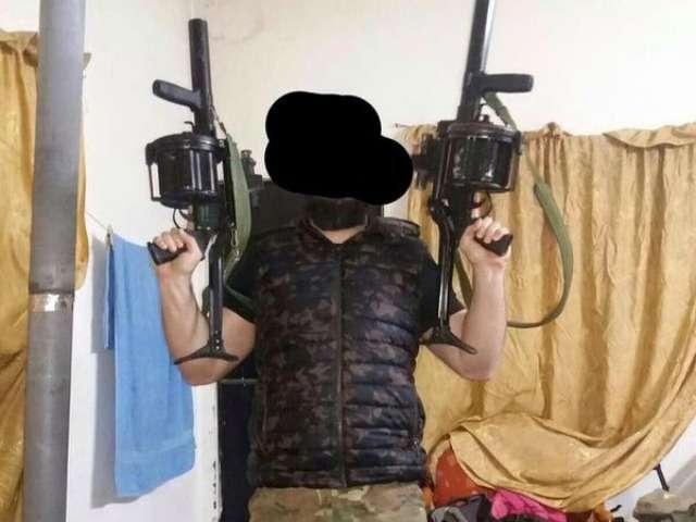 Një luftëtar në Siri mbanë në duar dy RBG-6S të prodhuara në Kroaci. Photo: Twitter @BM21_Grad
