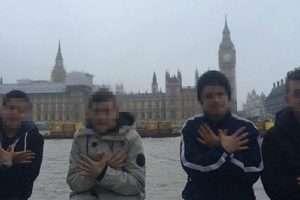 Katër prej fëmijëve azilkërkues nga rrethi i Hasit pozojnë përpara parlamentit britanik në Londër. | Foto : Facebook