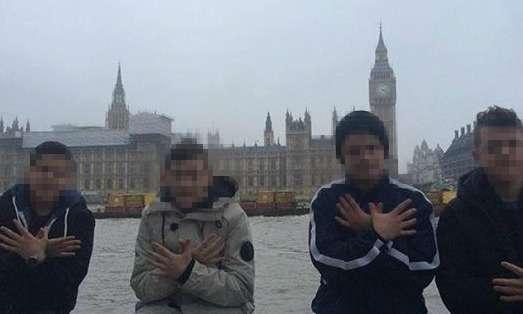 Katër prej fëmijëve azilkërkues nga rrethi i Hasit pozojnë përpara parlamentit britanik në Londër.   Foto : Facebook