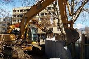 Fillon rrënimi i murit ilegal - Foto: KALLXO.com