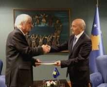 Mustafa duke pranuar raportin e komisionit | Foto: KALLXO.com