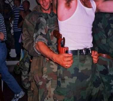 """Një festim i """"fitores ndaj NATO-s"""", qershor 1999. Foto: Srdjan Veljoviq."""