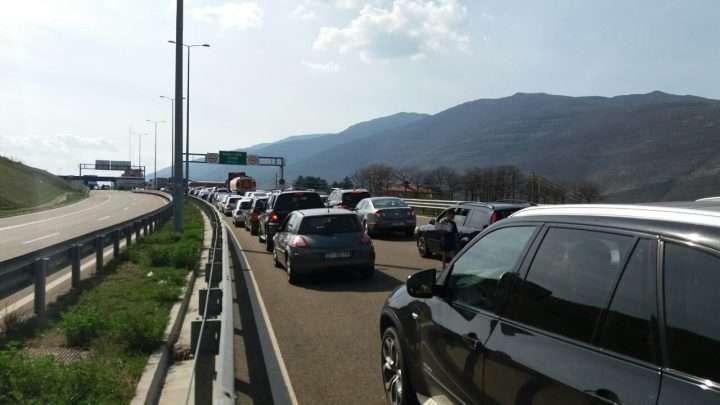 Radhë të Gjata të Pritjes në Kufirin Kosovë  Shqipëri