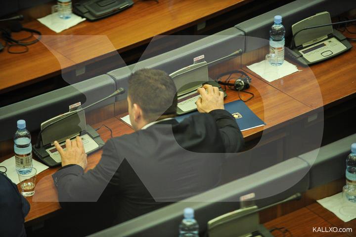 Deputeti i AAK së Voton Edhe për Kolegun e Tij në Seancën e Demarkacionit