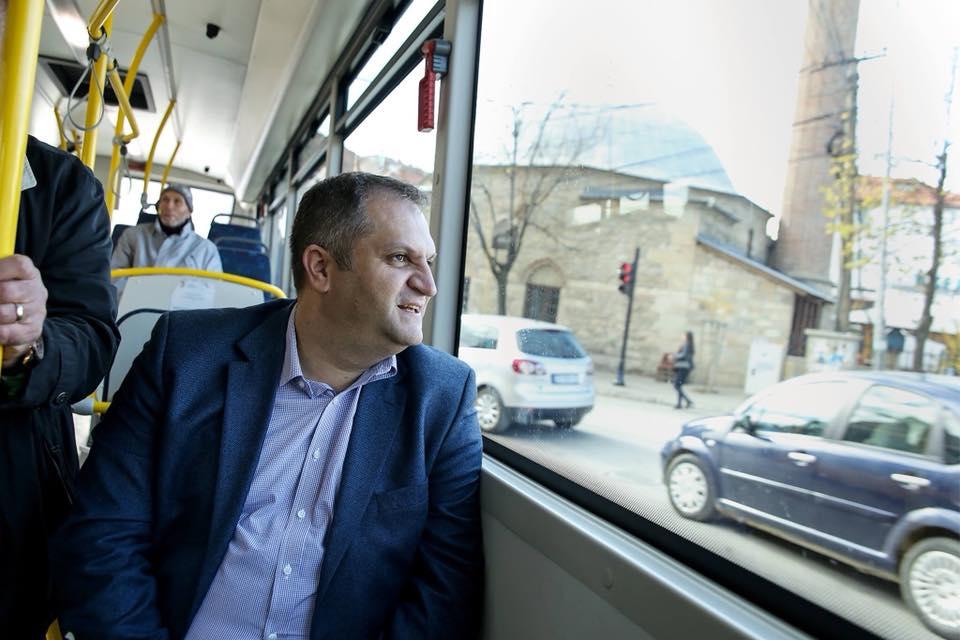 Asamblisti  Shpend Ahmeti vendos krye më vete rreth bordit të Stacionit të Autobusëve