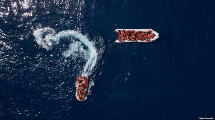 Përmbyset anija  qindra persona të zhdukur