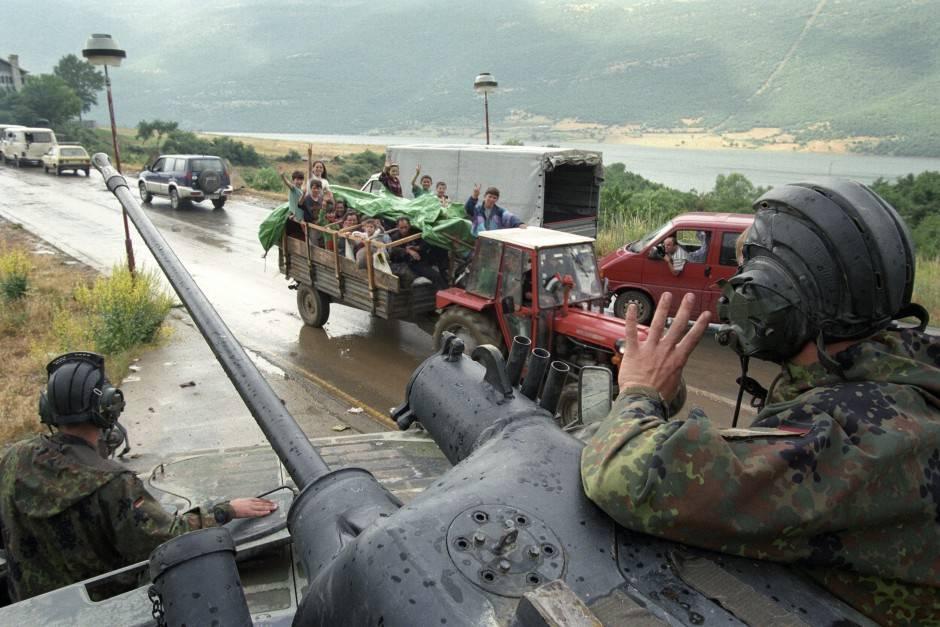 NATO kujton përvjetorin e fundit të bombardimeve ndaj forcave serbe