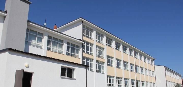 Shembet një pjesë e tavanit të një klase në gjimnazin e Istogut