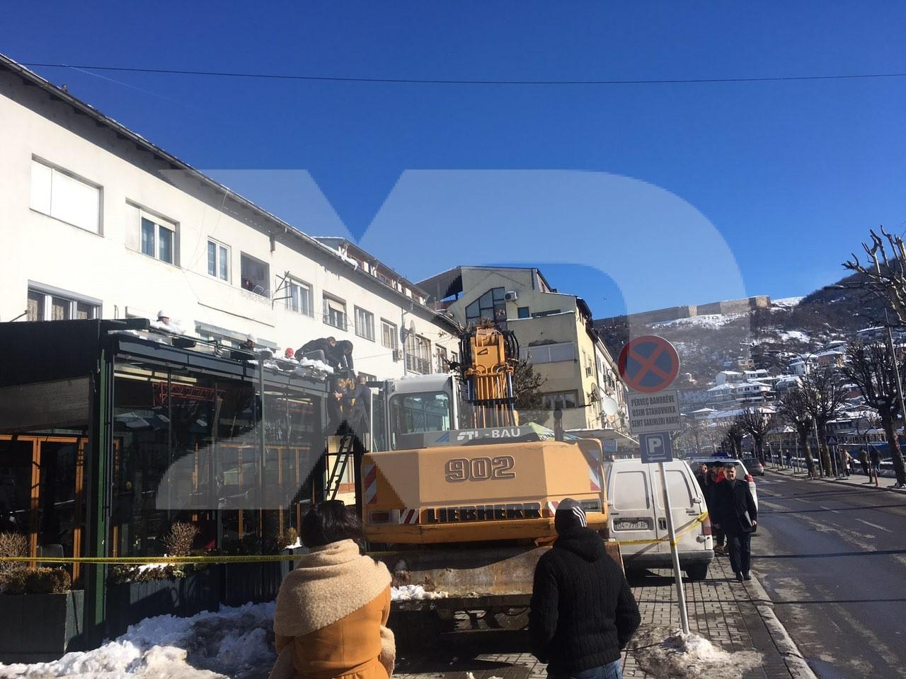 Komuna e Prizrenit ia rrënon terrasën lokalit të familjes së ish drejtorit të Inspektoratit Bujar Hasani   FOTO