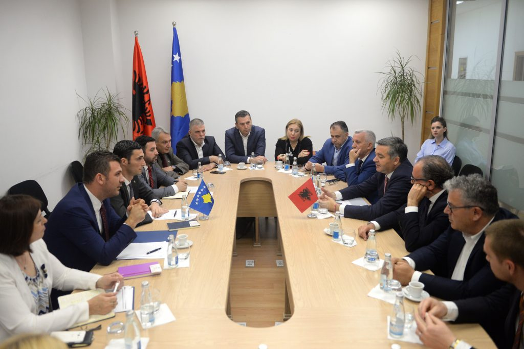 Ministrat Shala dhe Klosi dakordohen për oferta të përbashkëta turistike Kosovë Shqipëri