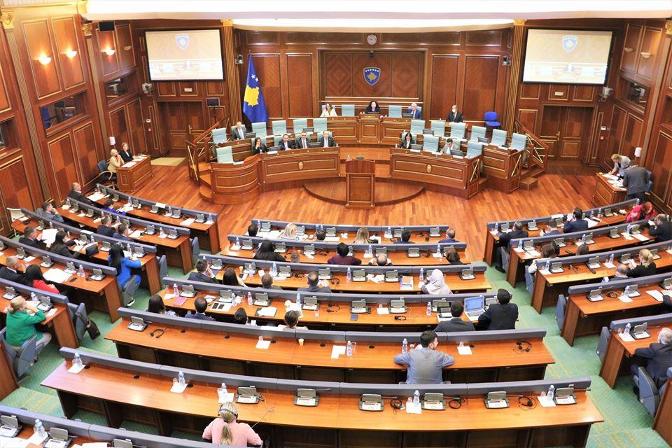 Kuvendi i Kosovës me një minutë heshtje për viktimat e Srebrenicës  Lista Serbe del nga salla   VIDEO