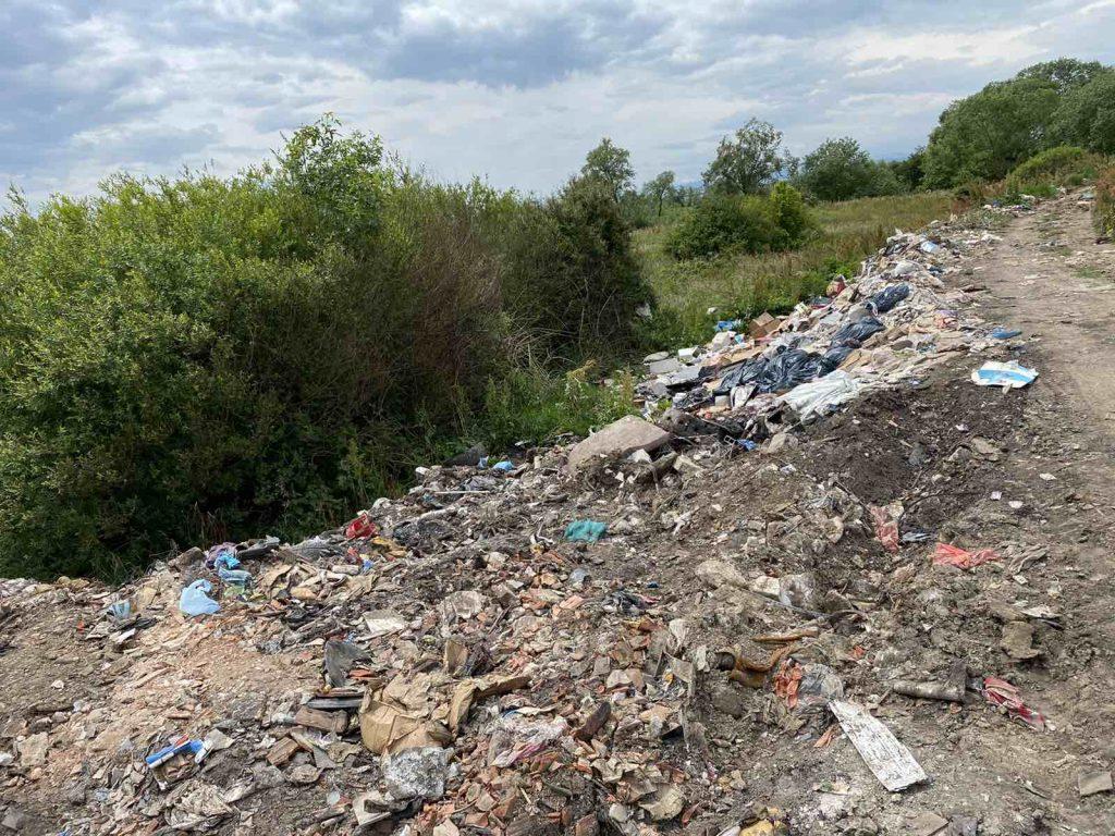 Mbeturinat në hyrje të fshatit Kuzmin