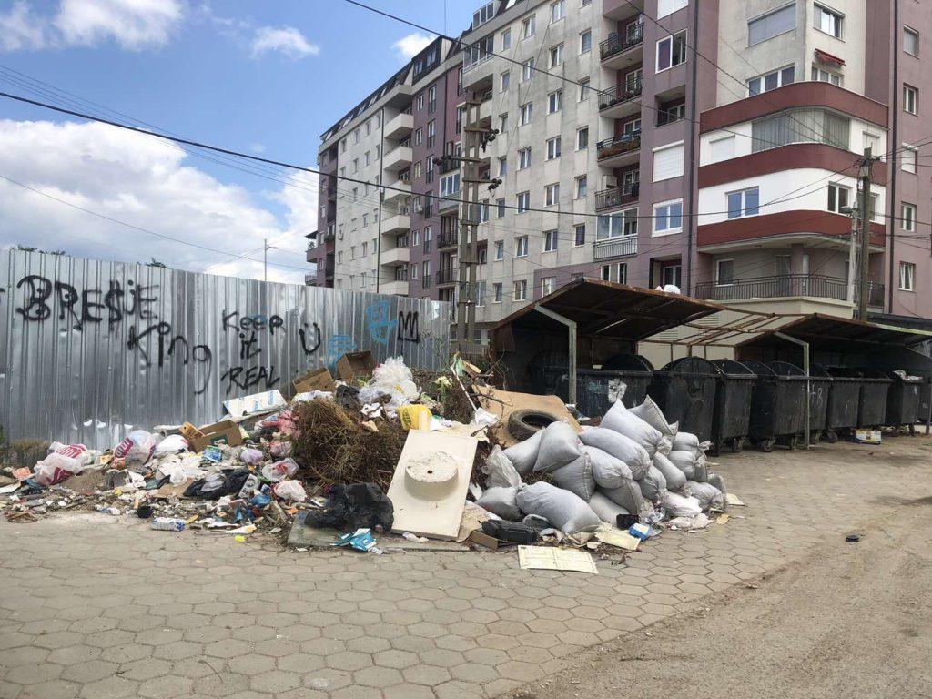 Mbeturinat mbrapa objektit të Komunës lagjja Bresje