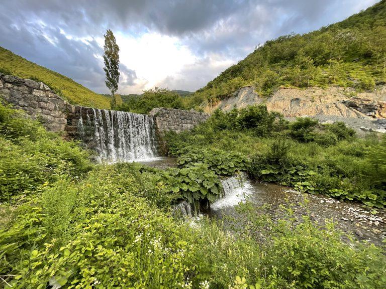 Ujëvarat e Korishës  Një vendpiknik i rrethuar me histori
